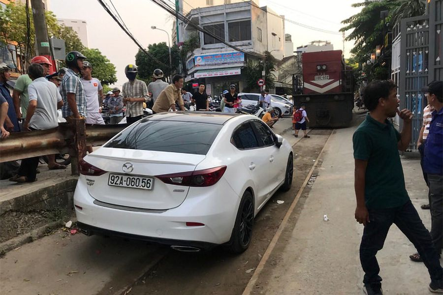 Da Nang Driver Fined VND4m for Parking Car on Railway