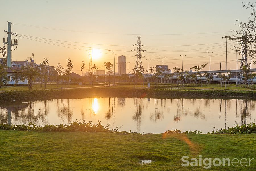 Morning Stories Roundup: Da Nang Horse Racing, Football Delay and New Samsung Phone